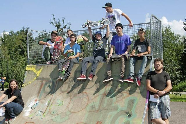 Gewagte Sprünge mit Skate und Rad