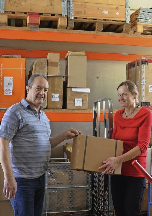 Paketservice für Schweizer Kunden: Edg... Claudia in der  Lörracher Lagerhalle   | Foto: Matthias Maier