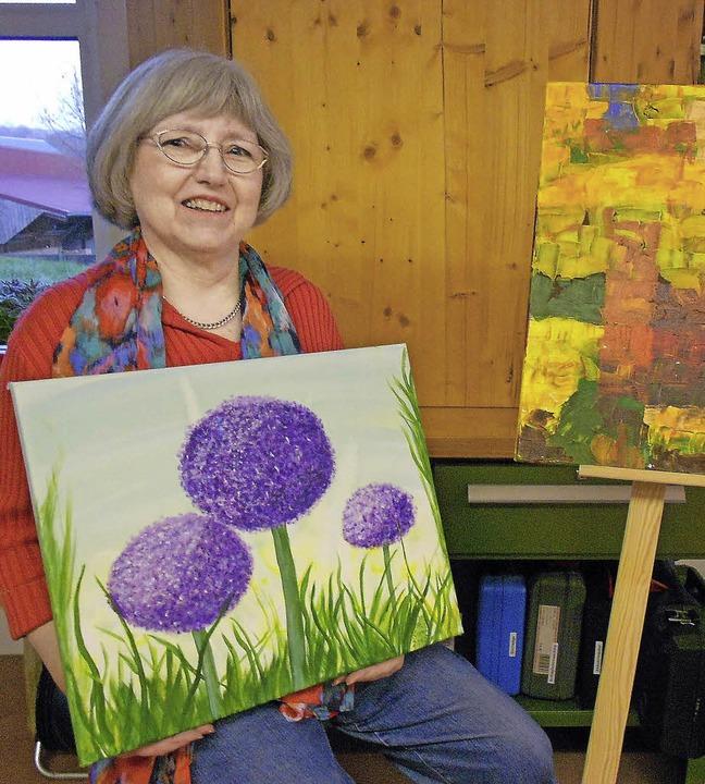 Rosemarie Gerwig präsentiert Blumenbilder ebenso wie abstrakte Kompositionen.   | Foto: Langelott