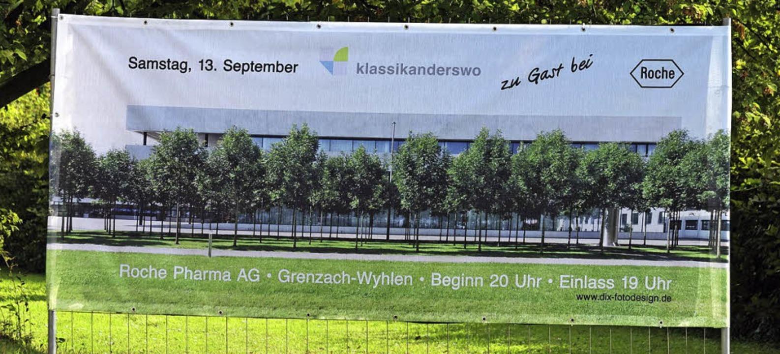 Die Banner hängen: Großformatig wird d...onzert auf dem Roche-Campus beworben.   | Foto: Thomas Dix