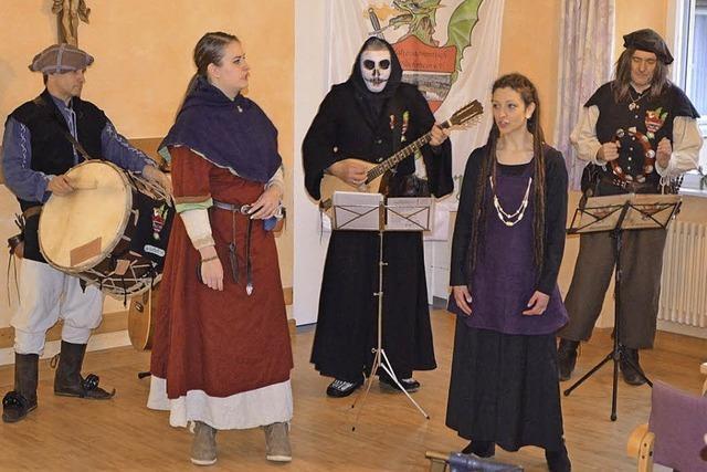 Mittelalter, Musik und Oldtimer-Lkws