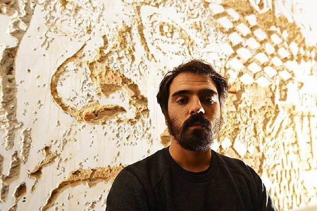 Dynamit-Künstler sprengt Gesichter in Wand