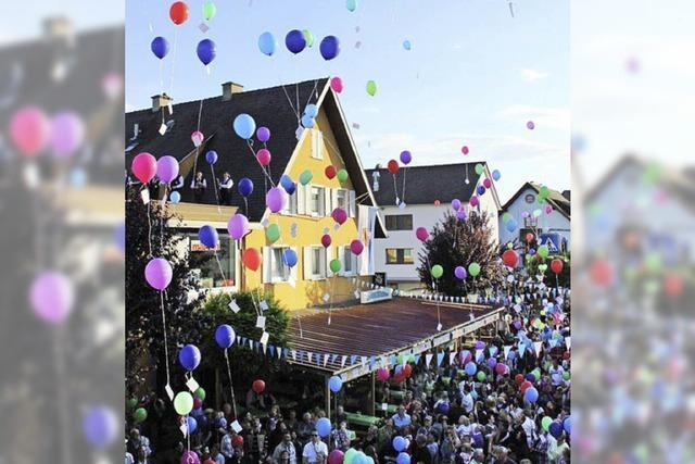Mit Böllern und Luftballonen