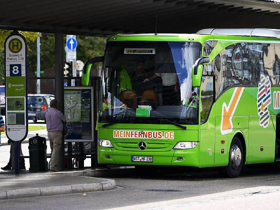 Am Freiburger Bahnhof ist nicht genug Platz für die Masse an Fernbüssen.  | Foto: Daniel Thoma