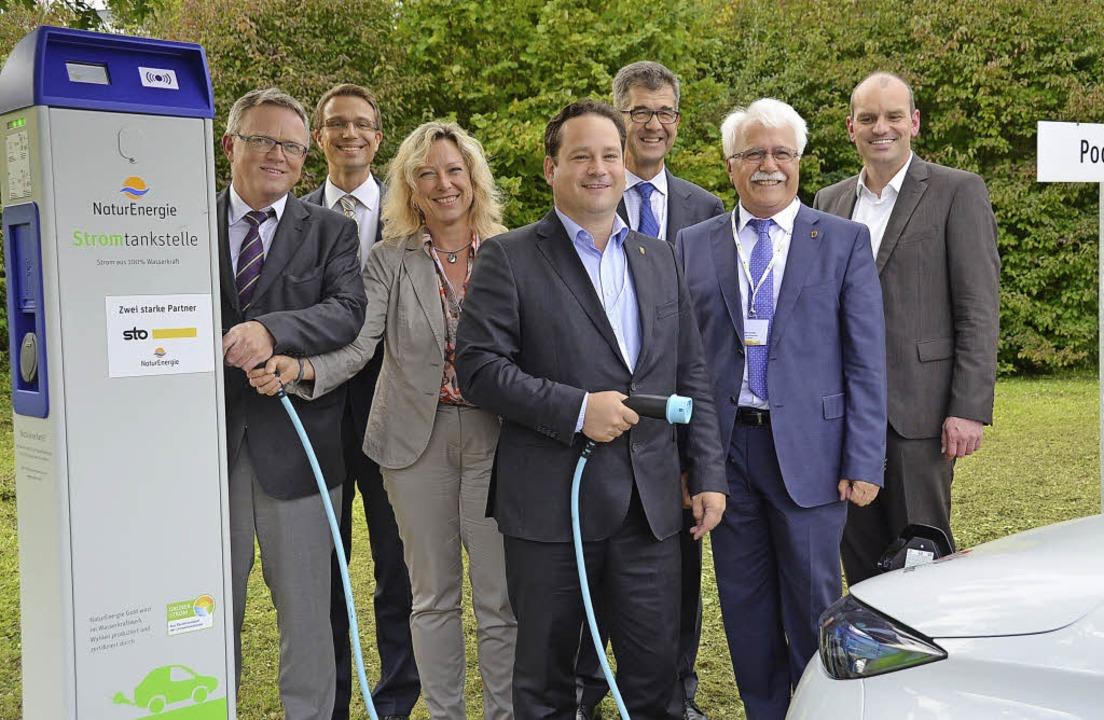 Minister Alexander Bonde weihte gemein... auf dem Sto-Parkplatz in Weizen ein.   | Foto: Juliane Kühnemund