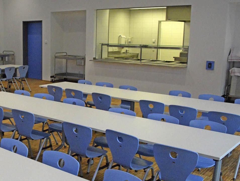 Blick in die Mensa, wo in drei Schichten Mittagessen ausgegeben werden.  | Foto: Hannes Lauber