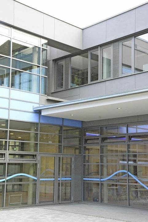 Die Fassade des Verbindungsbaus, in dem Aula und Mensa untergebracht sind.  | Foto: Hannes Lauber