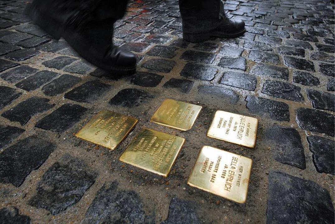 Sollen in Breisach Stolpersteine verle...it in der Stadt kontrovers diskutiert.    Foto: dpa