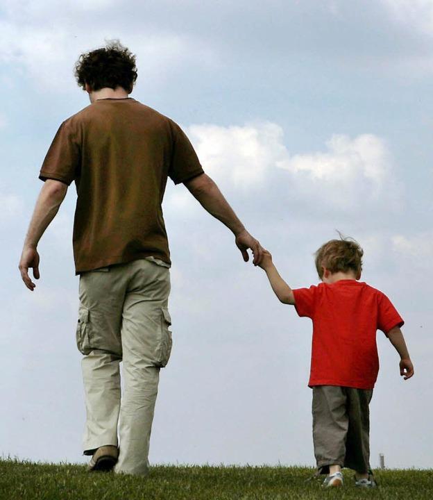 Vater und Sohn sollen gemeinsam Zeit verbringen können.   | Foto: dpa