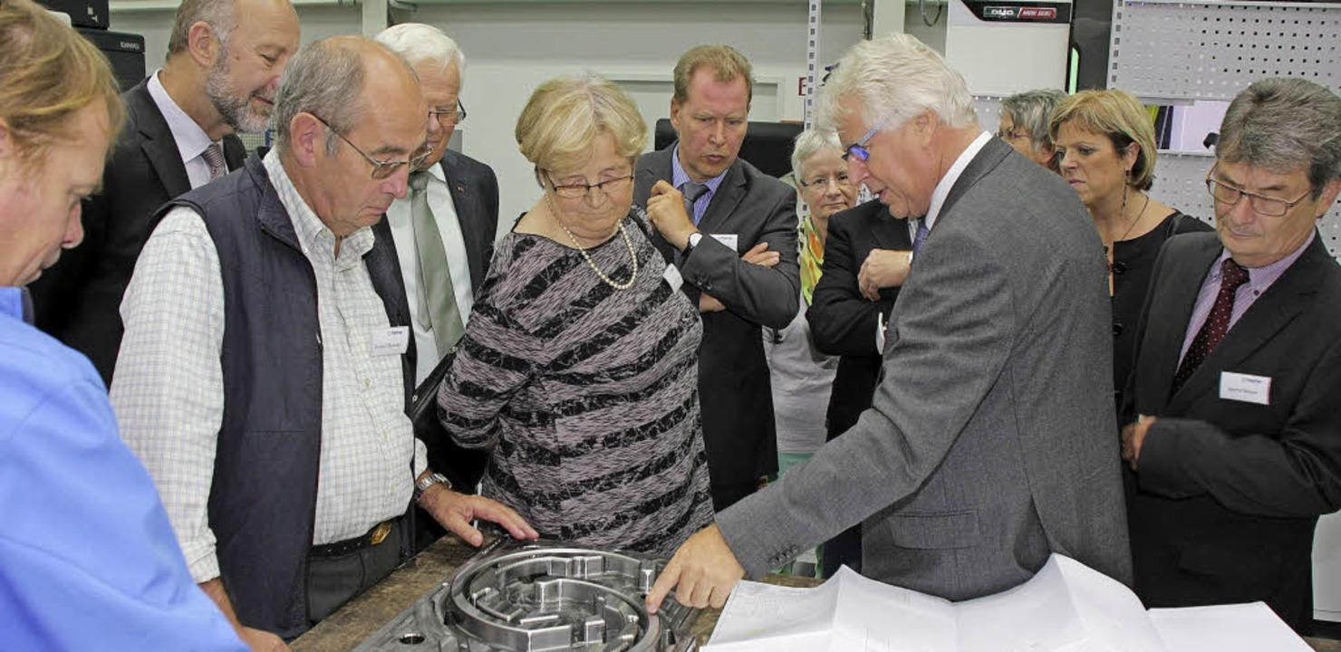 Firmengründer Eberhard Fischer erläute...Glanzteile für die Automobilindustrie.  | Foto: Martin Wendel