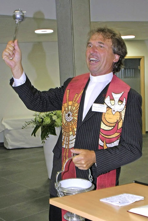 Pfarrer Ekkehard Baumgartner segnete N...auch für die Zukunft  den guten Geist.  | Foto: Martin Wendel