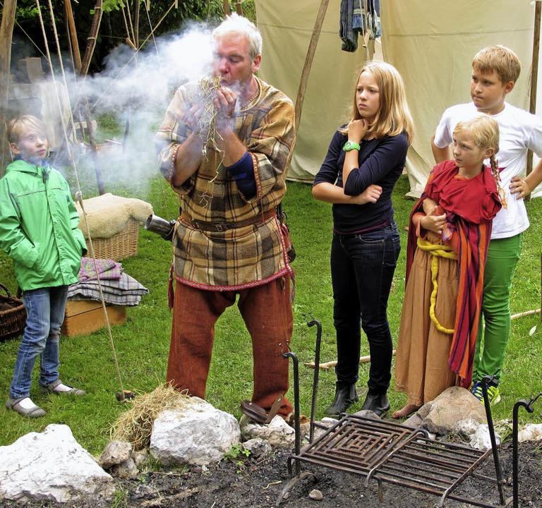 Feuer anzünden: Russell zeigt, wie die Kelten dies bewerkstelligten.  | Foto: Jutta Schütz