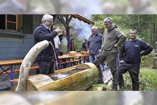 Jäger bauen Brunnen