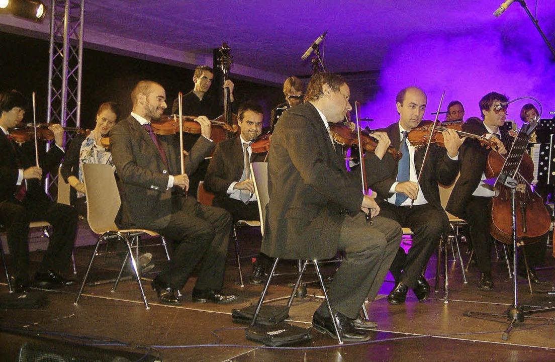 Das Orchester Linie 38 spielte  auf dem Roche-Campus in Grenzach-Wyhlen   | Foto: Roswitha Frey