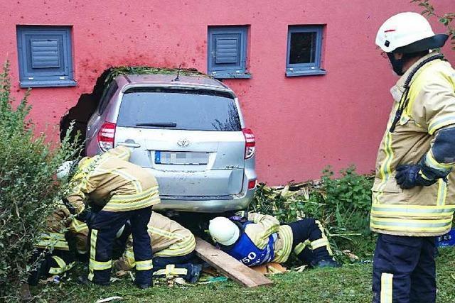 Auto rast durch Maisfeld und kracht in Hallenwand