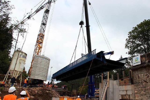 160 Tonnen Stahl: Die neue Gutachbrücke ist eingesetzt