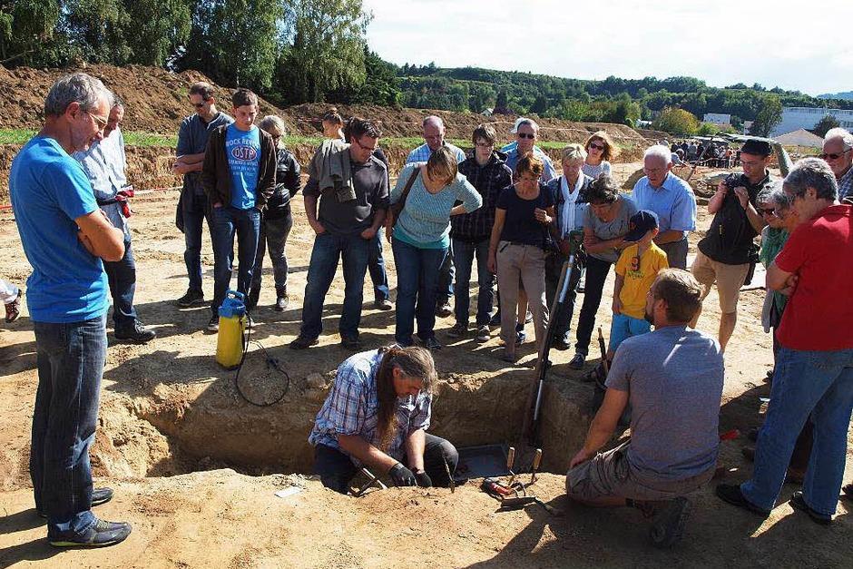 Grabungsleiter Richard Oyntzen (sitzend, mit blauem Hemd) erklärt die Technik bei den Ausgrabungen. (Foto: Michael Haberer)