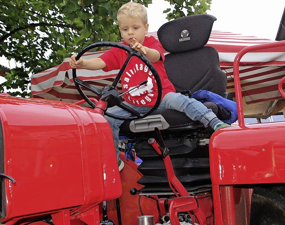 Das macht Spaß: Probesitzen auf dem Traktor   | Foto: Petra Wunderle