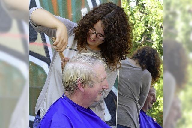 Frisörmeisterin Schneider schenkt bedürftigen Menschen eine neue Frisur