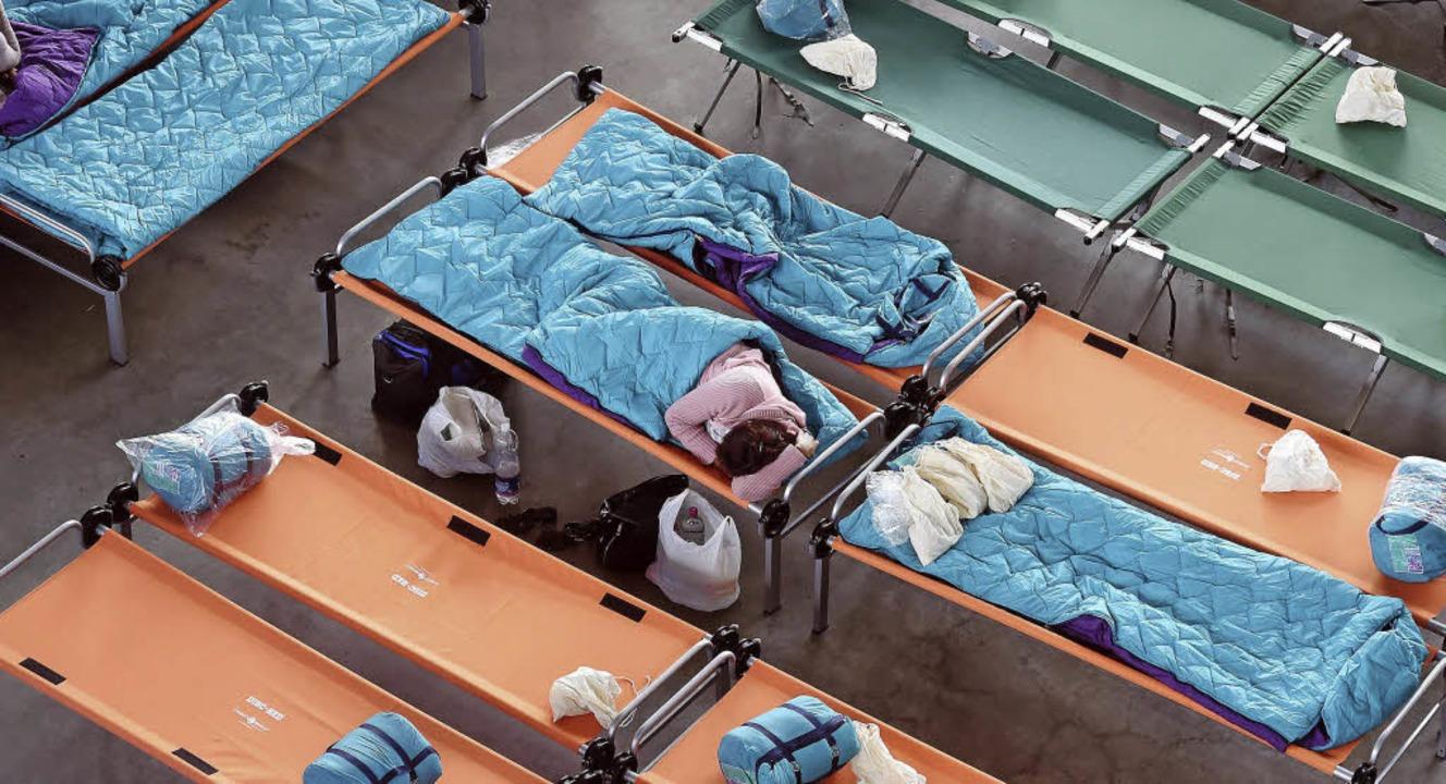 In einer Übungshalle der Landesfeuerwe...bringen, nicht in Sammelunterkünften.   | Foto: Uli Deck (dpa)