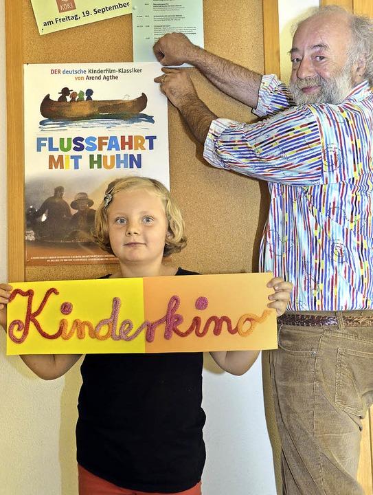 Reiner Hoff hängt das Plakat für den K...a Larch aus Breisach hilft ihm dabei.   | Foto: Agnes Pohrt