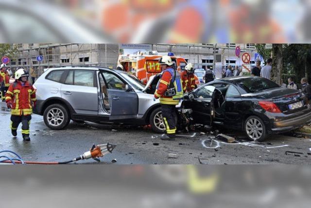 Spektakulärer Unfall fordert vier Schwer- und zwei Leichtverletzte