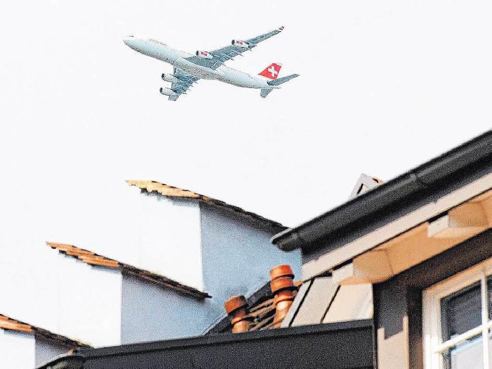 Ein Flugzeug im Landeanflug auf Zürich    Foto: Patrick Seeger (DPA-ARCHIV)