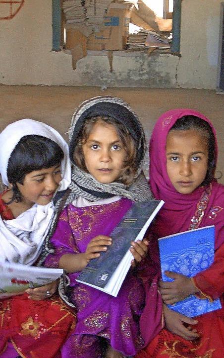 Das Nötigste fehlt: Mädchen  in der Sc...en sich über mitgebrachte Schulhefte.   | Foto: Safi Baborie