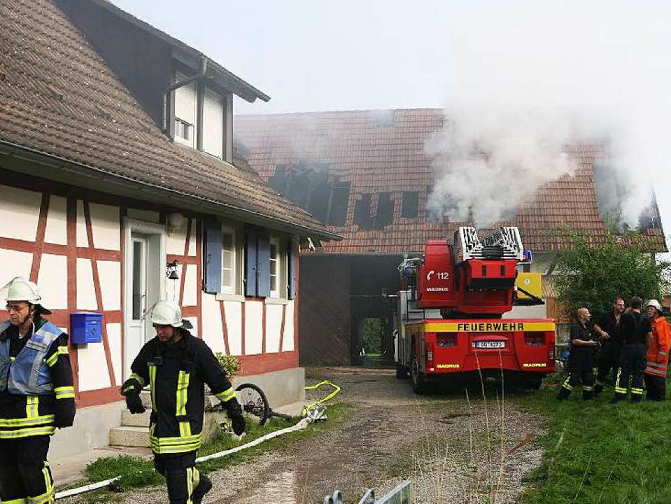 Das Feuer in dem Ökonomiegebäude bracht unter dem Dach aus.  | Foto: Bastian Henning