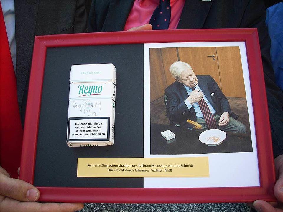 Helmut Schmidts handsignierte Zigarettenschachtel mit Bild im Rahmen.  | Foto: Irene Bär