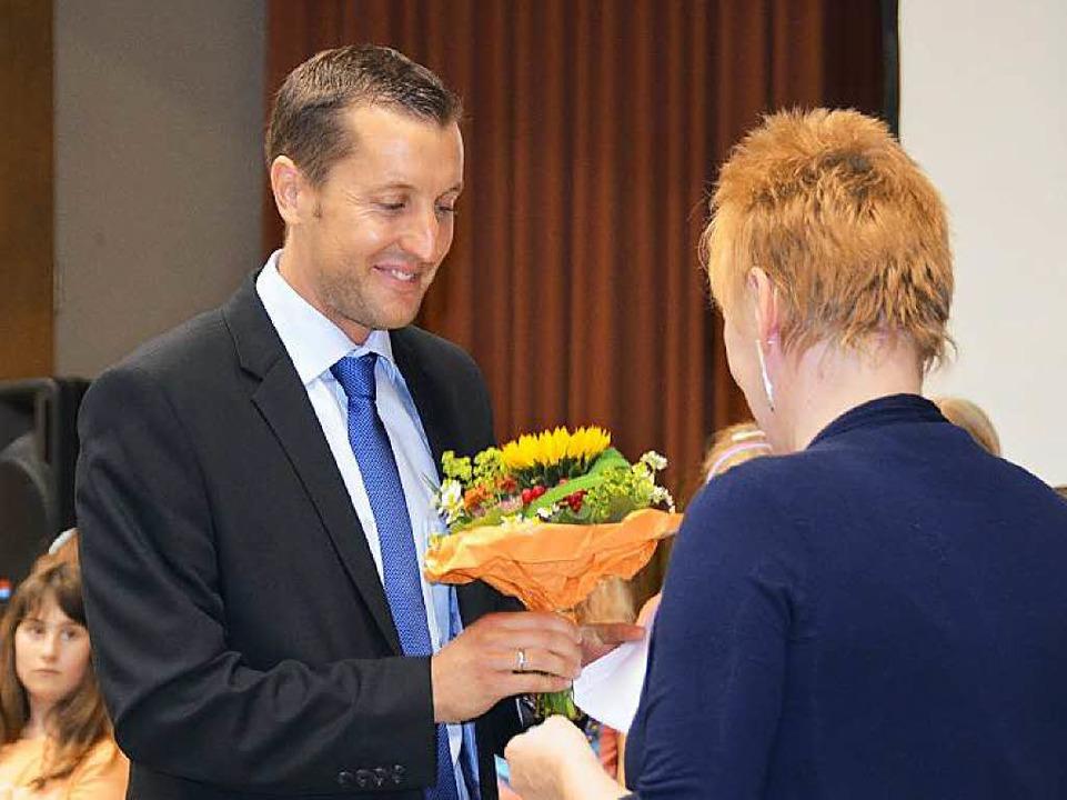 Rektor Gerd Günther dankt Chorleiterin Monika Fiedler.  | Foto: Andrea Gallien