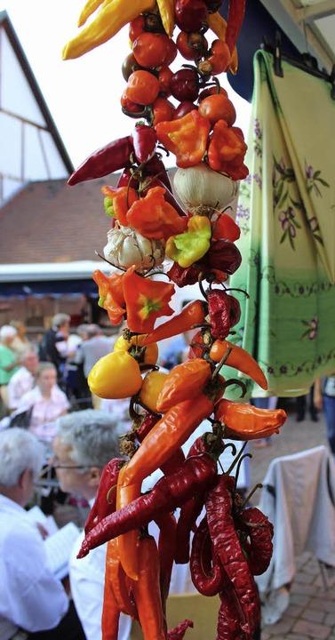 Scharfe Chilis am Band beim Stand von ...tagsmarkt im Gottenheimer Rathaushof.     Foto: mario schöneberg