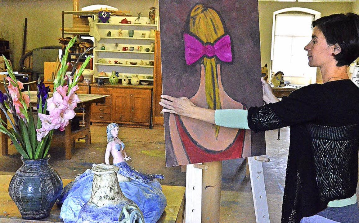 Simone Holzwarth, Leiterin des Atelier...m Beispiel malen, töpfern und drucken.  | Foto: Sebastian Barthmes
