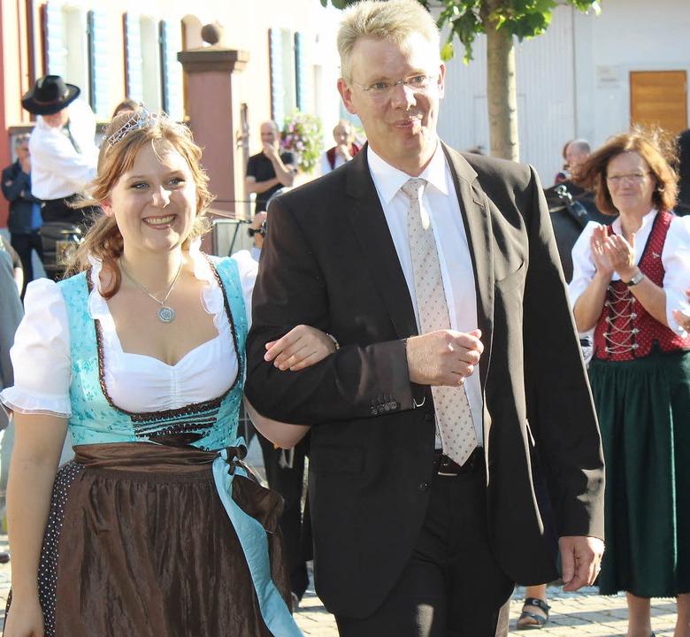 Verena Ambs mit Bürgermeister Christia...ie neue Weinprinzessin aus Gottenheim     Foto: Mario Schöneberg