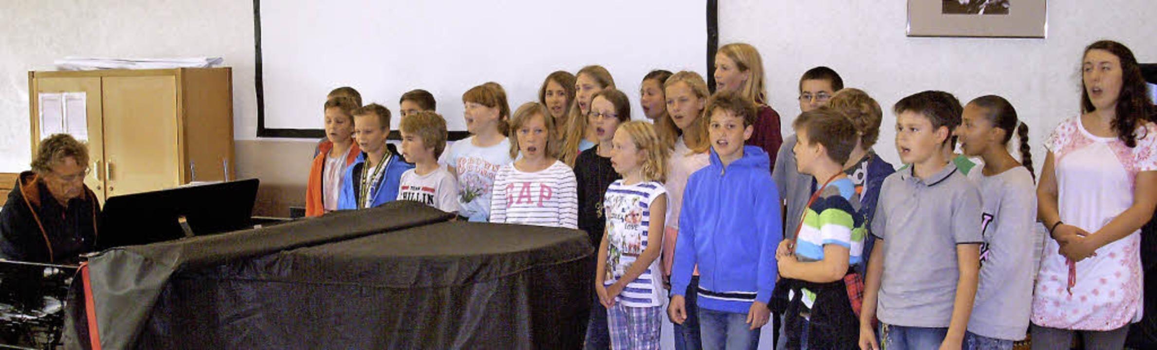 Die neuen Gymnasiasten wurden musikali...m Lied Follow me willkommen geheißen.     Foto: ZVG