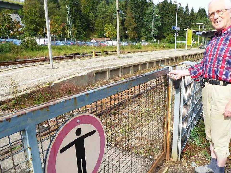 Werner Ritter an der Schiebeschranke: Der Vierkant funktioniert  nicht mehr.    Foto: Peter Stellmach