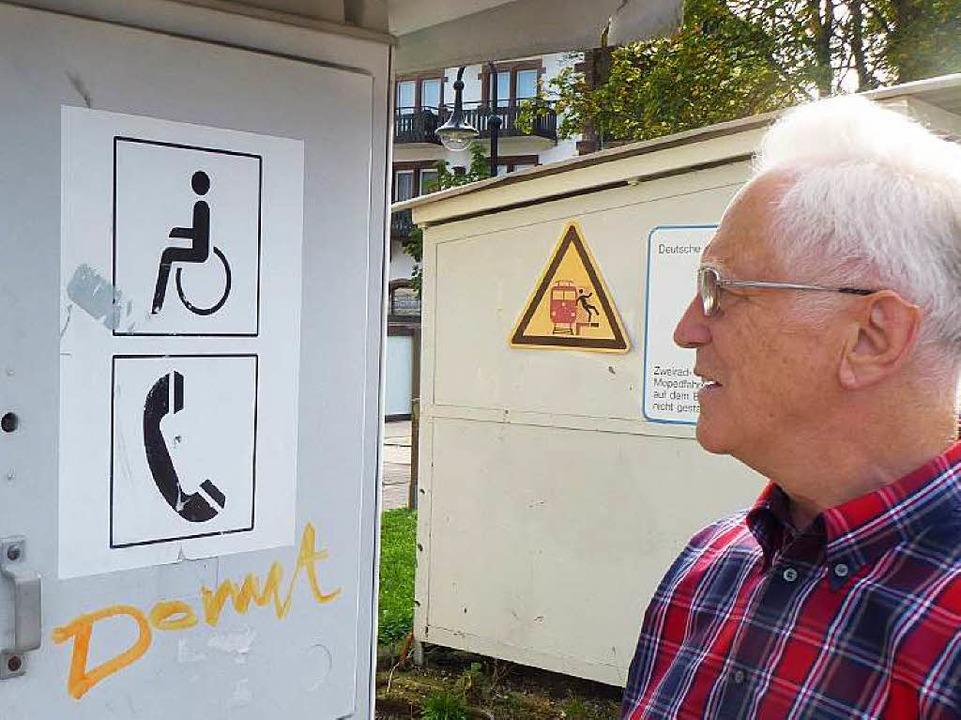 Werner Ritter zeigt die Symbole der Sprechsäule.    Foto: Peter Stellmach