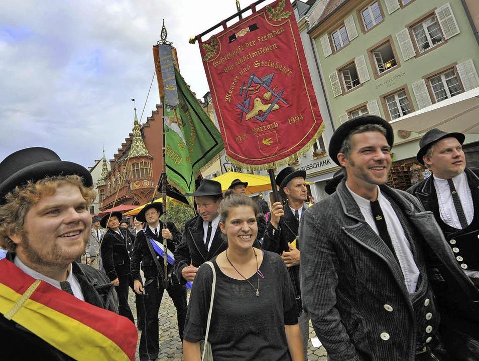 Zimmerleute mit Standarte und Bäckerin...gen zum Gelingen des Bürgerfestes bei.  | Foto: michael Bamberger (3), thomas Kunz (1)