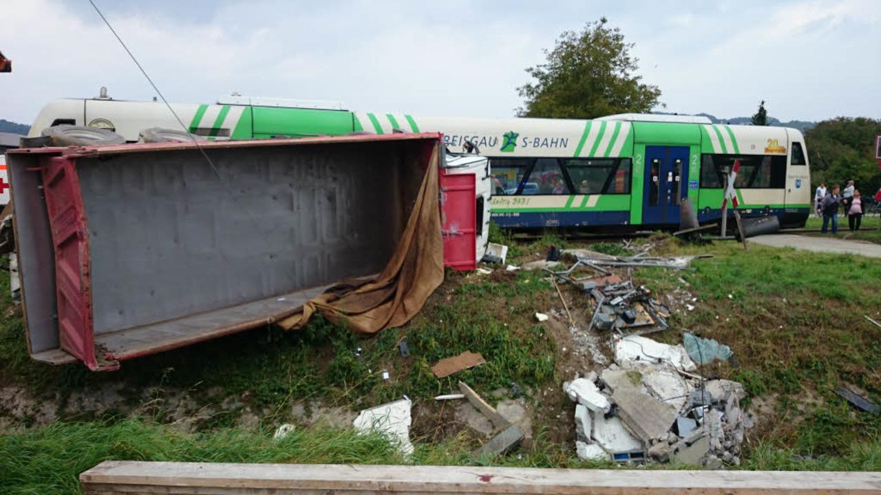 Im Ihringer Industriegebiet sind ein Z...sgau-S-Bahn und ein Laster kollidiert.  | Foto: Kamera24.tv