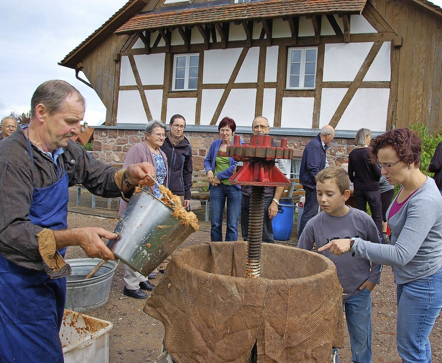 Das Apfelsafttrotten, wie es früher wa... Besucher beim Museumsfest in Freiamt.  | Foto: Pia Grättinger