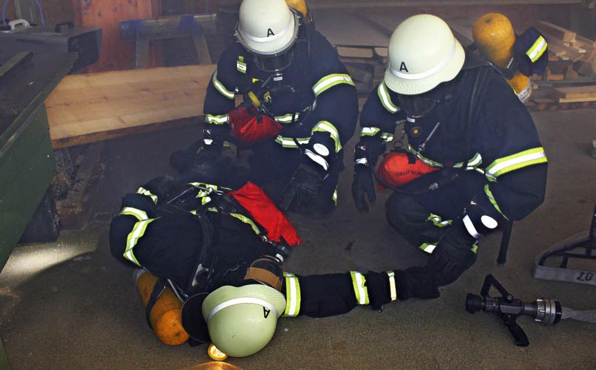 Die Rettung eines verletzten Kameraden...n Werkshalle gestaltet sich schwierig.  | Foto: Mario Schöneberg