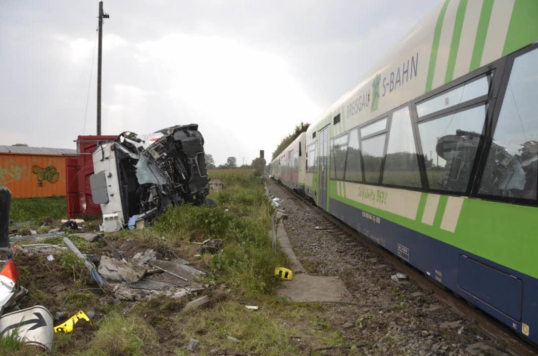 Im Ihringer Industriegebiet sind ein Z...sgau-S-Bahn und ein Laster kollidiert.  | Foto: Felix Held