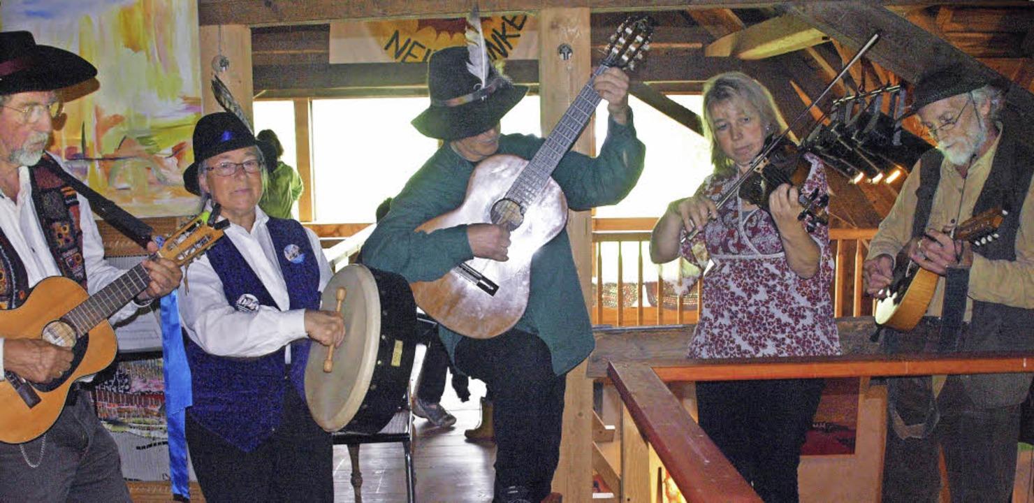Die Gäste am traditionellen Hofmarktfe...e musizierte kurzerhand auf der Empore    Foto: Karin Stöckl-Steinebrunner