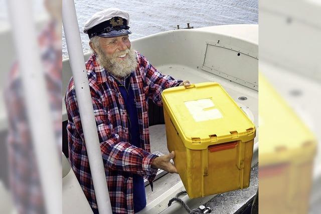 Ein Postschiffer geht von Bord