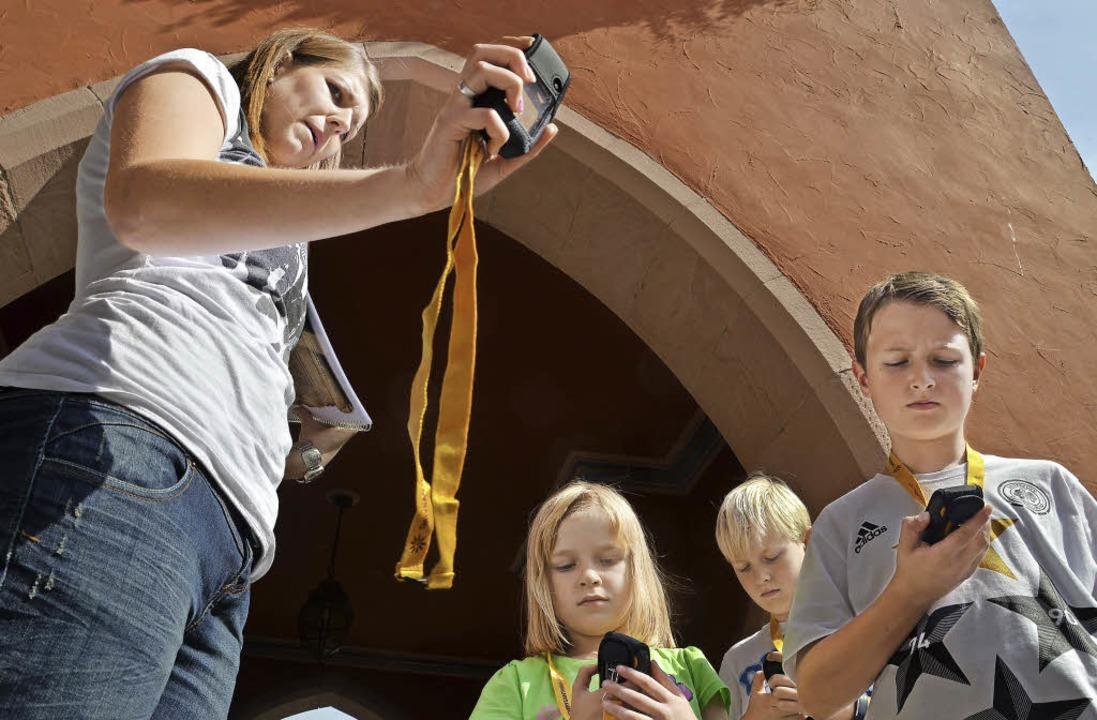 Koordinaten eintippen – und los ...g erklärt den Kindern die GPS-Geräte.   | Foto: Anselm Busshoff