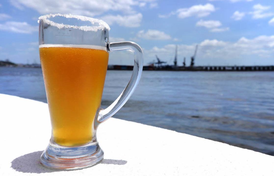 Lieber kühl statt hochprozentig: Bier ...eser  Cerveceria im Hafen von Havanna.  | Foto: Martin Cyris