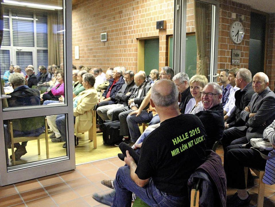 Dicht gedrängt saßen die Zuhörer  vor ...tshauses und wurden nicht enttäuscht.   | Foto: Anja Bertsch