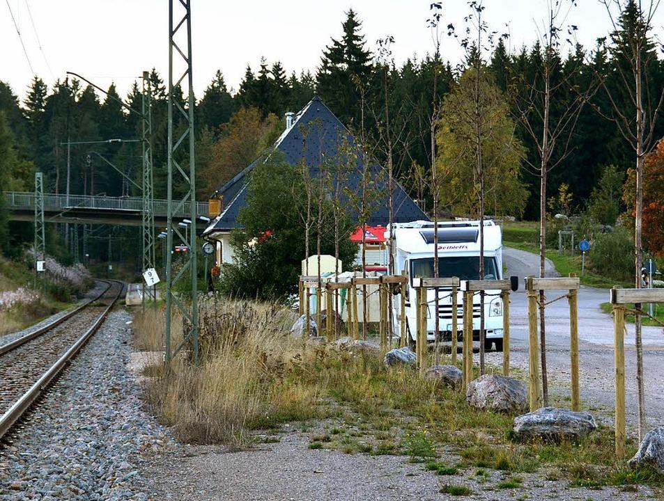 Nahe am Gleis sollen beim Bahnhof Altg...on jetzt von Wohnmobilisten benutzt.    | Foto: Ralf Morys