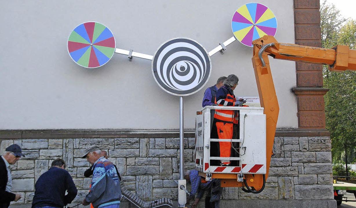 Neuer Blickfang im Schulhof: bunte Scheiben mit Pedalantrieb   | Foto: Ralf Staub