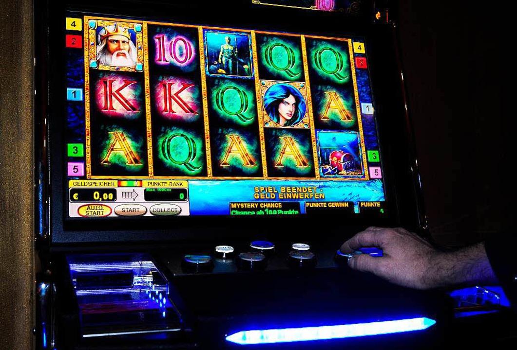 Glück oder Unglück? Der Spielautomat b...ei Süchtigen manchmal das ganze Leben.  | Foto: Thomas Kunz